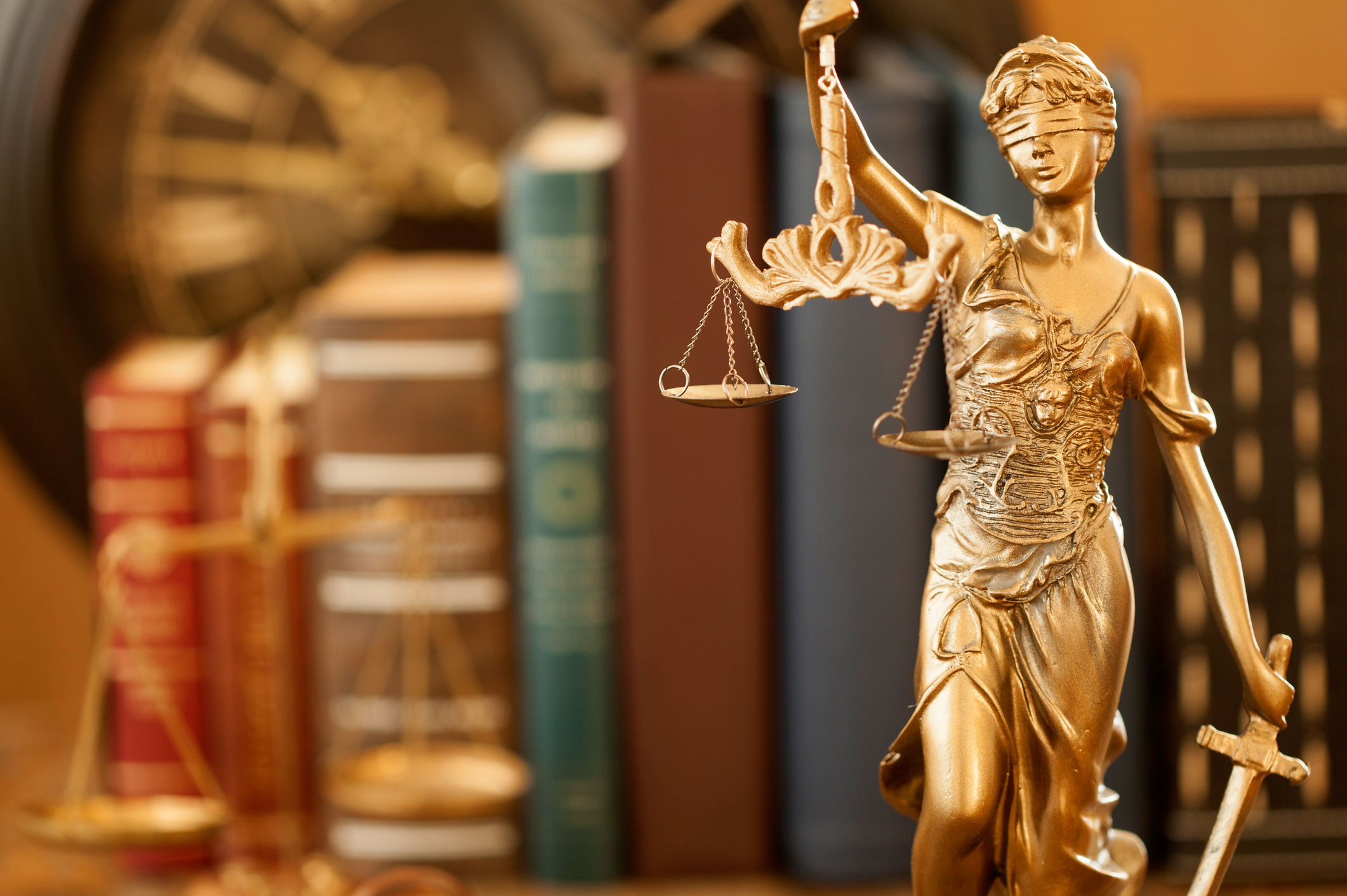 Law-justice-statue-in-front-of-books