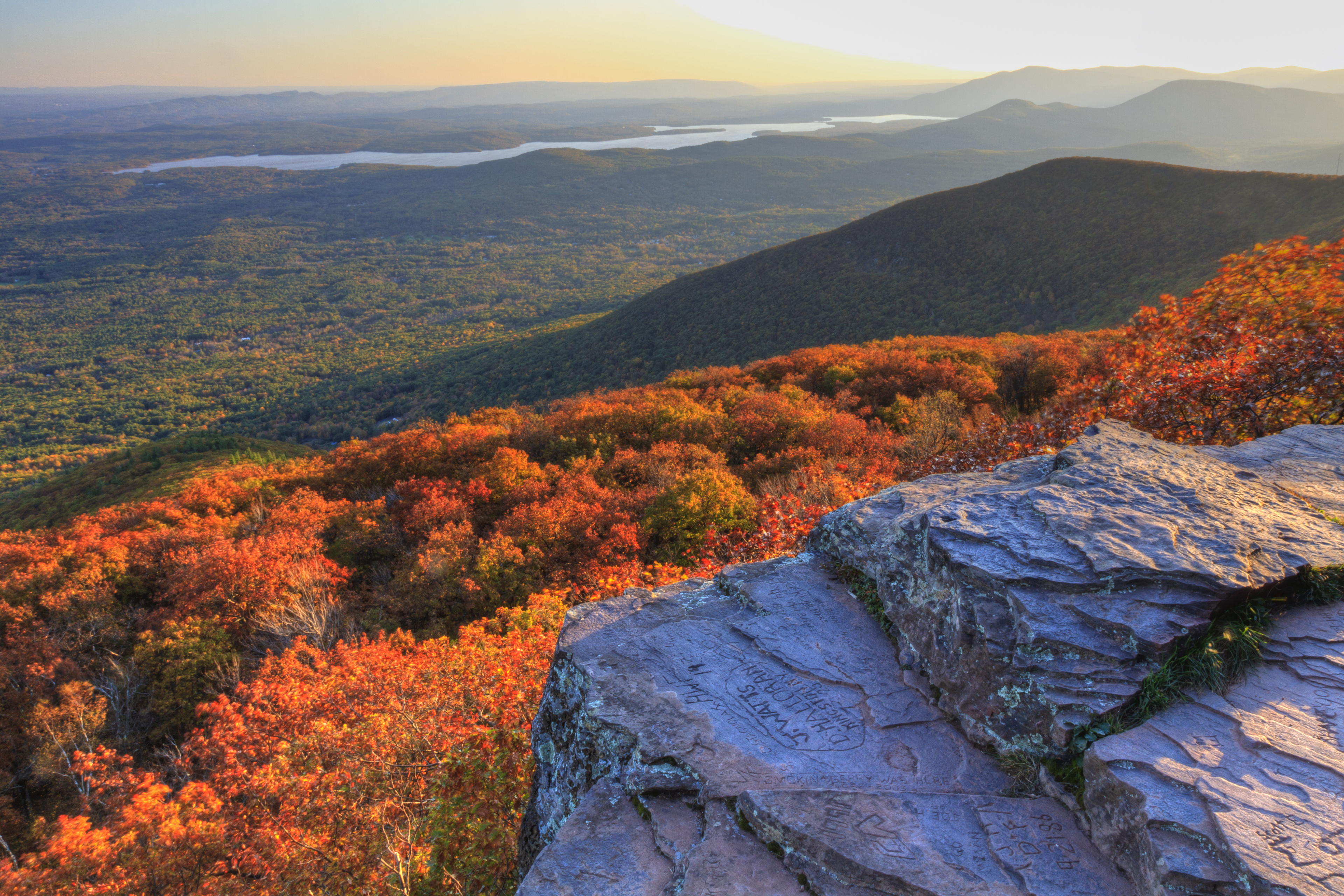 Mountain_range_in_fall